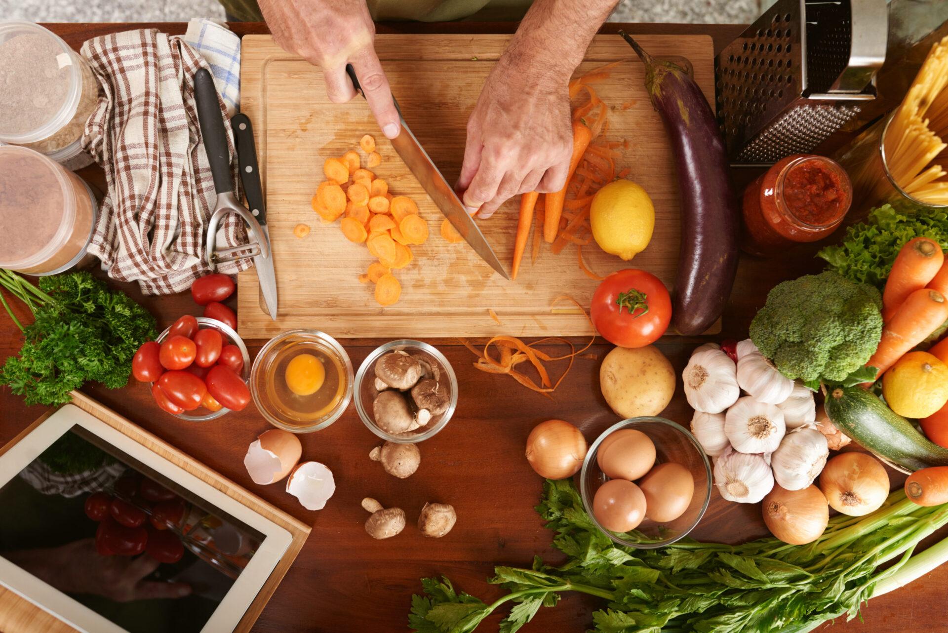 Manos cortando verdura